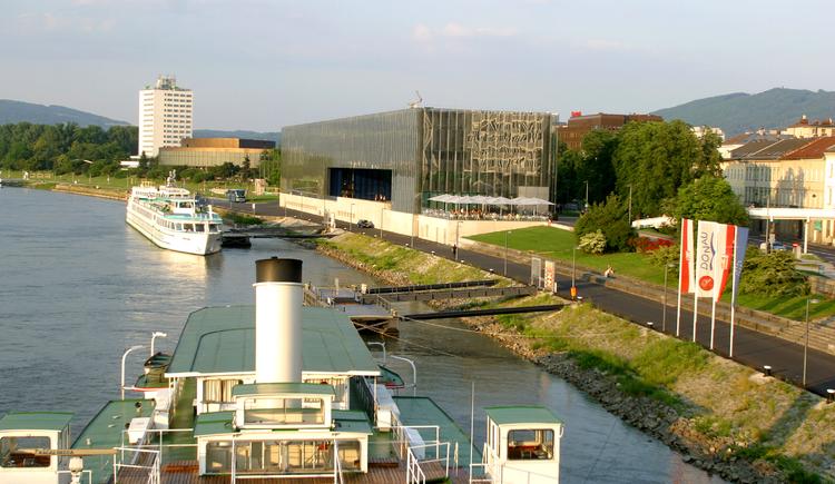 Schifffahrt auf der Donau - Schiffsanlegestelle in Linz.