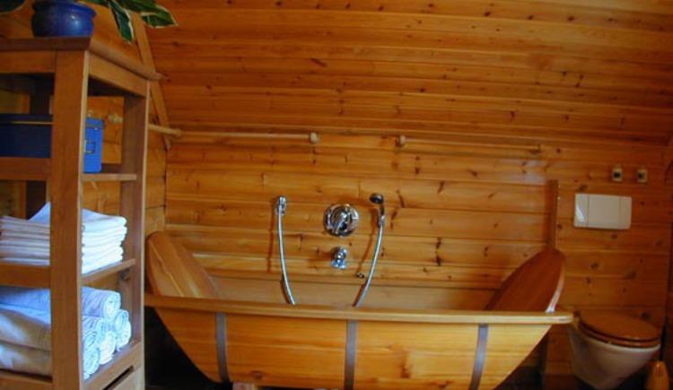 Im Obergeschoss befindet sich ein zweites Badezimmer mit einer Holzbadewanne zum Entspannen. (© Rehn)