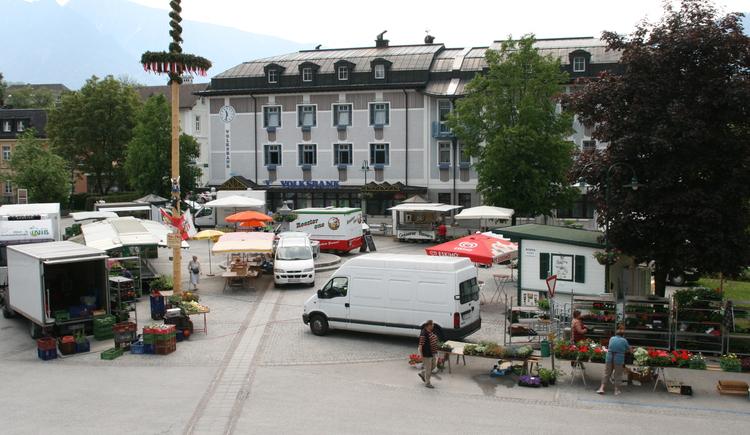 Jeden Donnerstag findet der Goiserer Wochenmarkt am Marktplatz statt. (© Christian Besendorfer, Gemeinde Bad Goisern)