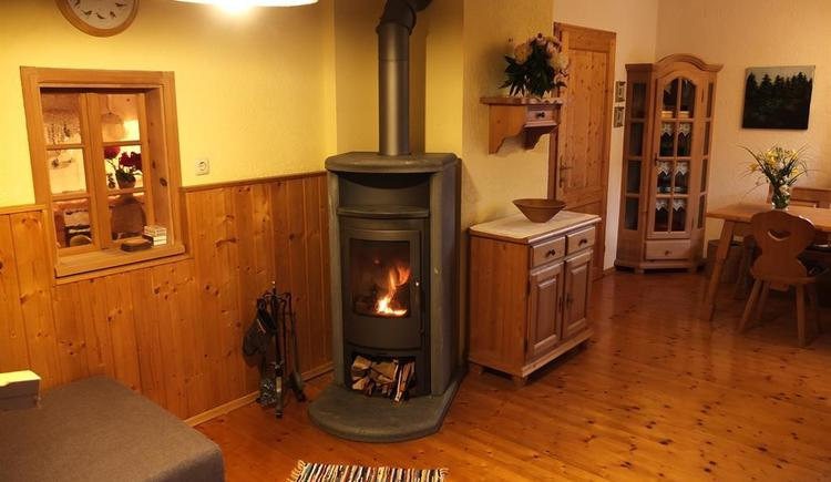 Wohliger Kamin mit bereitgestelltem Buchenholz (© Ferienhaus in der Schlipfing)