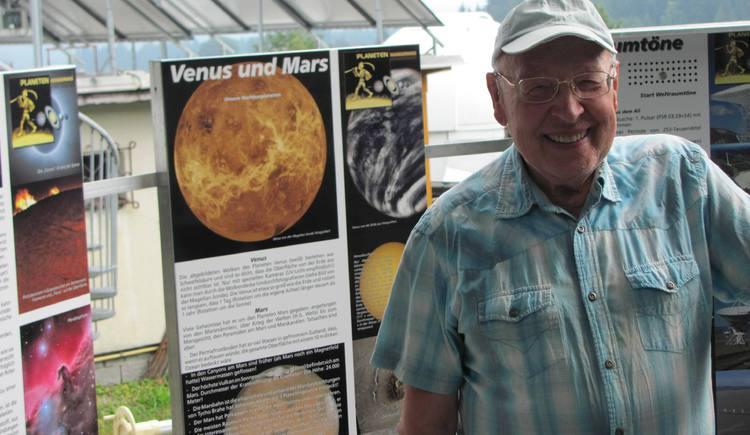 Wolfgang Wöss am Plutoplatzerl vor der Sternwarte. (© Quass I.)