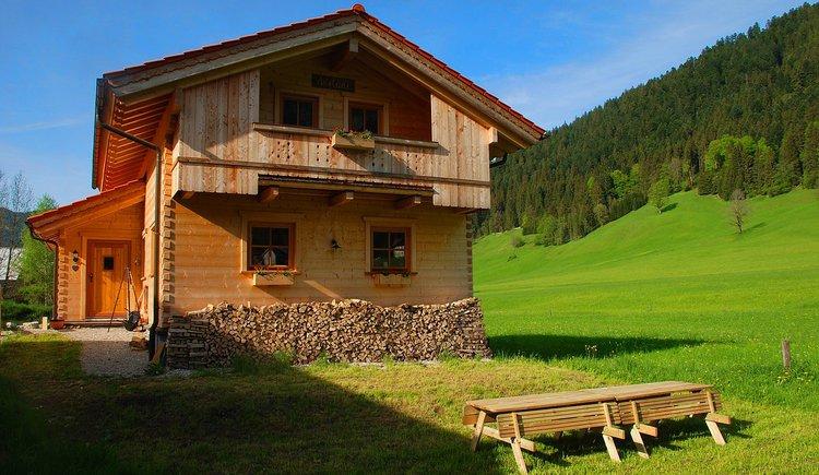 Der Austadl im Sommer mit Garten. In Gosau-Hintertal gelegen mit wunderschönen Ausblick auf den Gosaukamm.