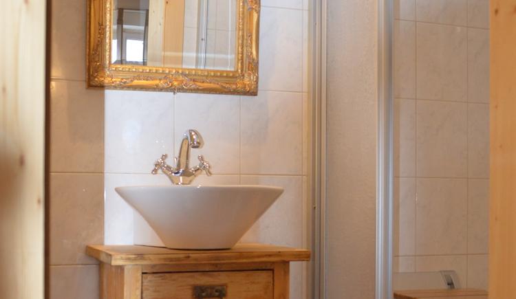 Das Badezimmer im Apartment Luise direkt am Hallstättersee ist klein aber fein.