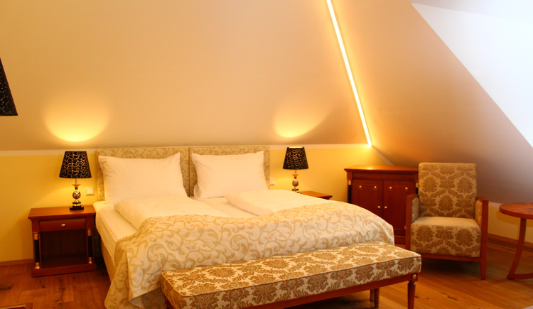The comfortable double rooms at Seehotel Grüner Baum have a beautiful view at the market place or the Lake Hallstatt.