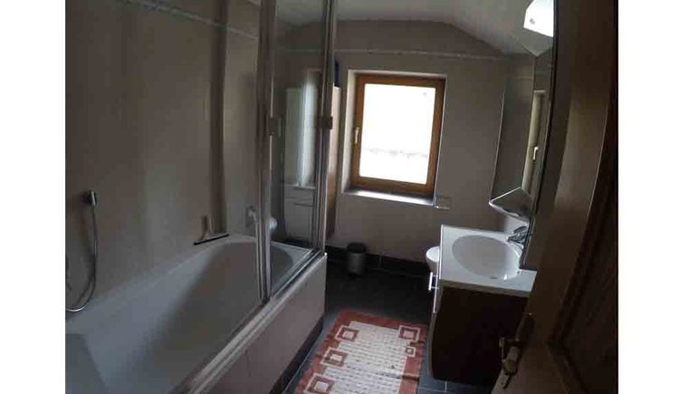 bathroom with bathtub, washbasin, window