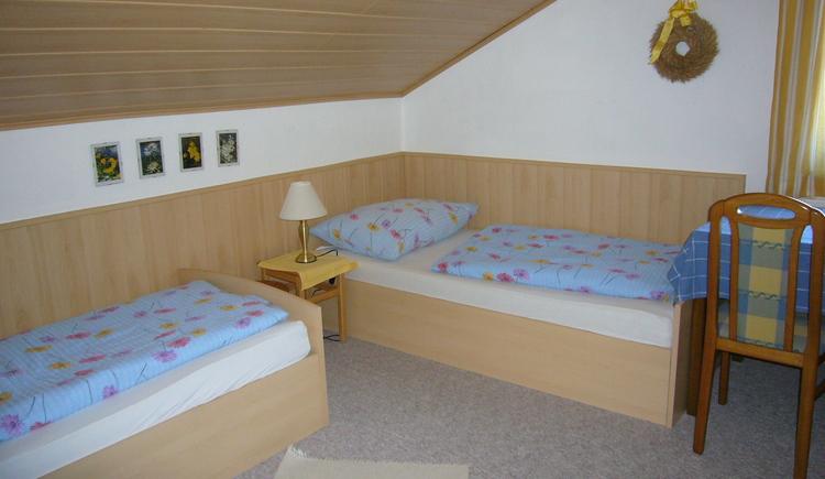 Das zweite Schlafzimmer der Ferienwohnung 2 besteht aus zwei getrennten Betten, ideal für Kinder.