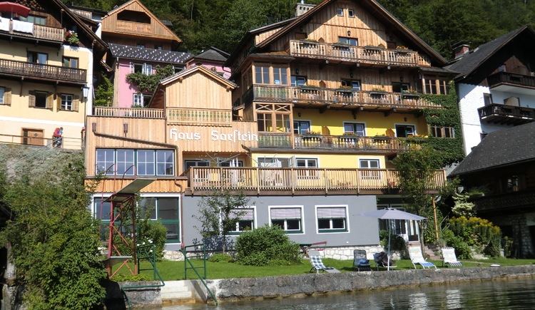 The Pension Sarstein is located directly on Lake Hallstatt and has its own lawn.