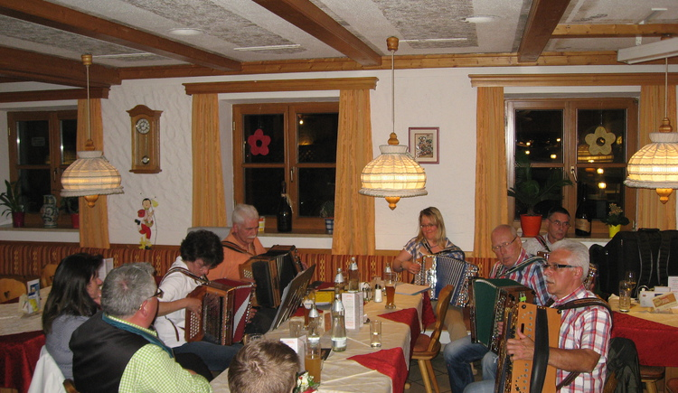 Michlbauer Musikanten beim Spitzerwirt. (© Spitzerwirt)