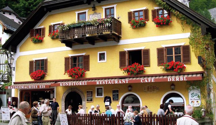 Das Cafe Restaurant Derbl befindet sich direkt auf dem historischen Marktplatz von Hallstatt.. (© Markus Derbl)