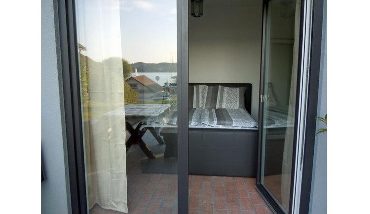 Apartment in Kammerl - Blick von der Terrasse ins Schlafzimmer. (© Johanna Kiebler)