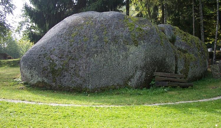 Findling beim Freilichtmuseum Großdöllnerhof Rechberg. (© Verbund Oö. Museen)