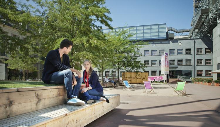 Entspanntes Paar am Linzer OK-Platz. (© E. Goldmann / Linz Tourismus)