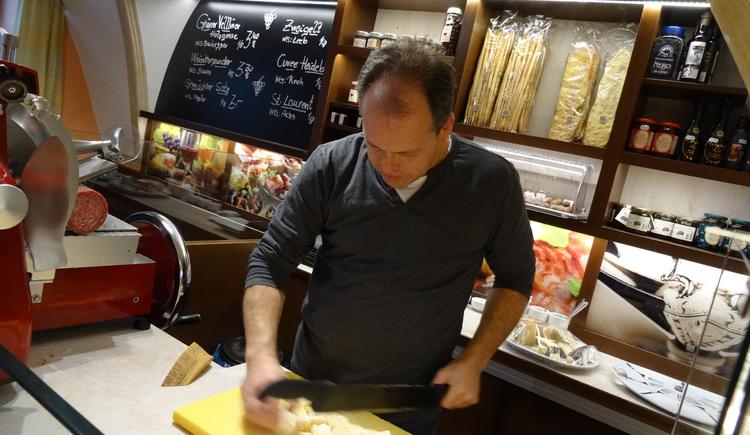 Chef beim Käseschneiden