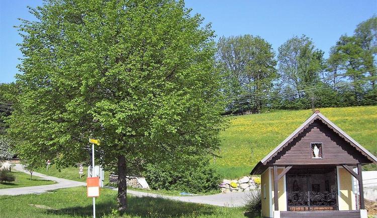 Hauskapelle mit Haltestelle Bus (© Landgasthof Pernsteiner | Privat)