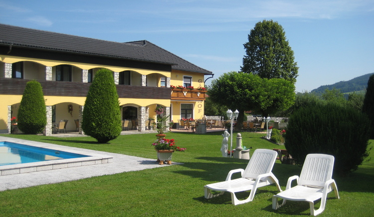 Gasthaus Zorn mit Garten und Pool. (© Zur Verfügung gestellt von Familie Zorn)