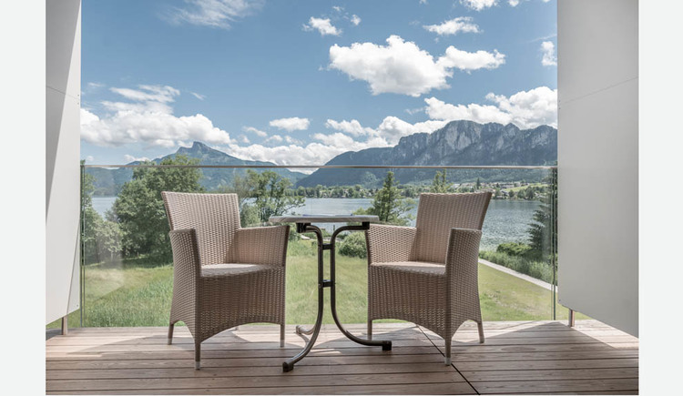 Terrace with table and chairs, view of the countryside, the lake and the mountains