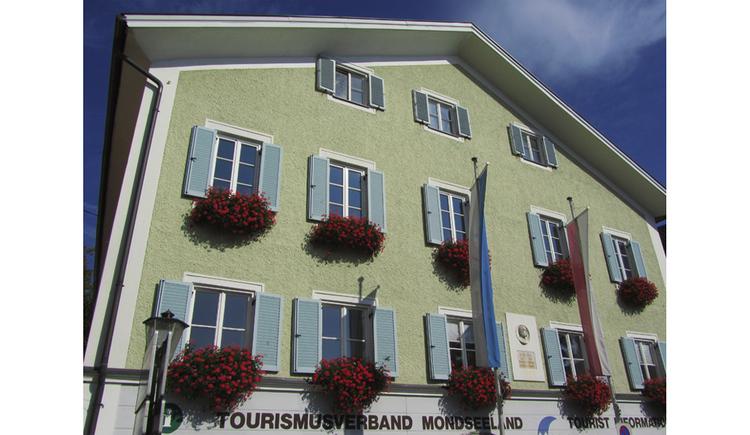 Blick auf das Haus, Blumen bei den Fenstern. (© Tourismusverband MondSeeLand)