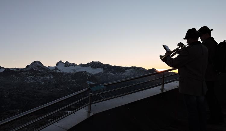 "full moon ride to the peak of Krippenstein with the \""Weisenbläser\"" of Obertraun"