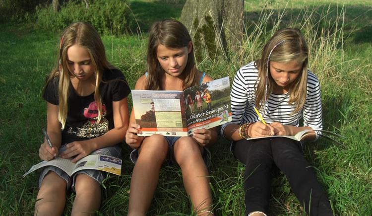Kinder mit Naturpark-Entdeckerbroschüre (© Naturpark Obst-Hügel-Land)