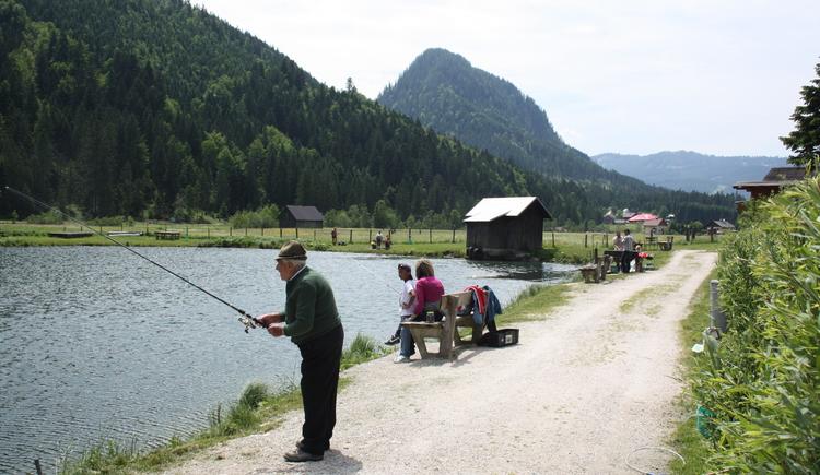 Familie beim Angeln der Fische. (© Elisabeth Grill)