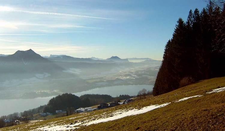 Blick auf den Mondsee, im Hintergrund die noch schneebedeckten Berge. (© www.mondsee.at)