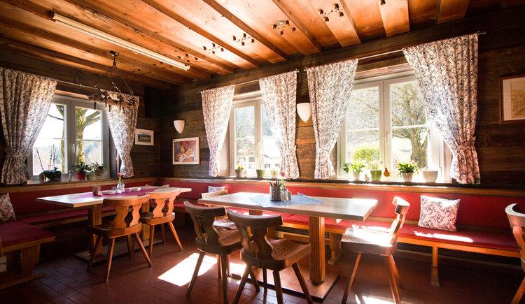 Blick in die Gaststube, mit einigen Stühlen und Tischen. (© Gasthof Fohlenhof)