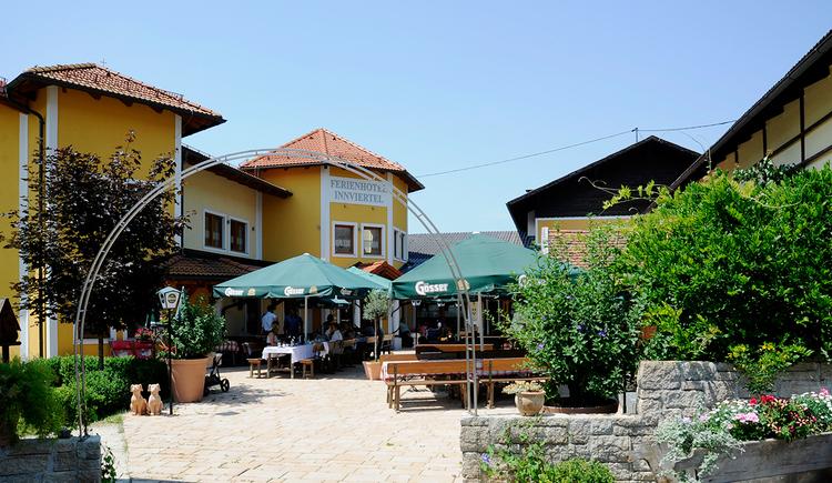 Ferienhotel Innviertel in Kirchheim im Innkreis - Außenansicht mit Gastgarten