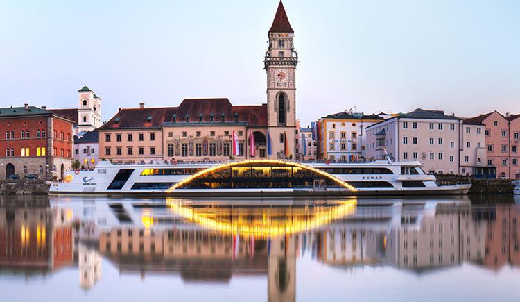 Kristallschiff vor Rathaus in Passau (© Stadt Passau)