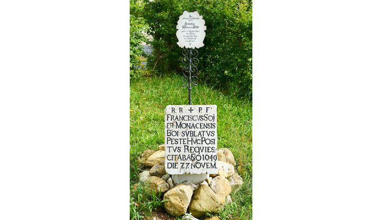 Blick auf das Grab, Steine, Wiesen