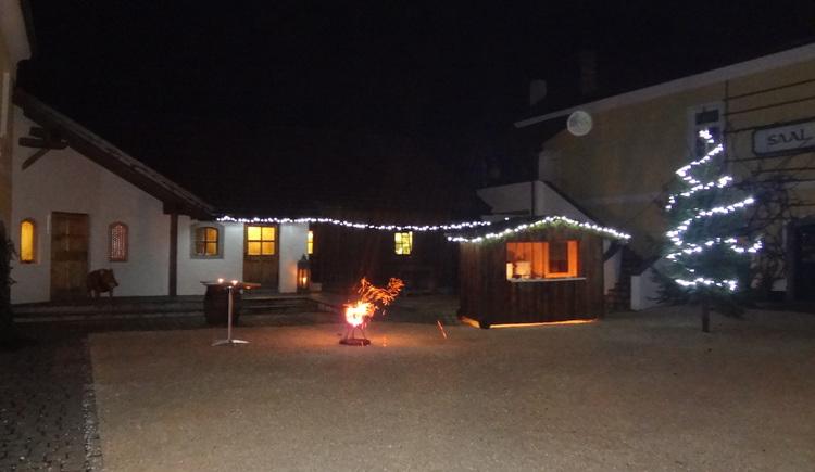 Punschstand mit beleuchtetem Christbaum im Innenhof. (© Benjamin Fischer)