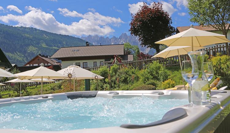 Entspannung pur im hauseigenen Whirlpool. (© Hotel Sommerhof e. U.)