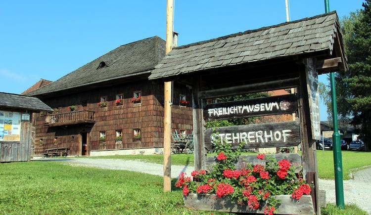 Das Freilichtmuseum Stehrerhof wurde 1978 eröffnet und zeigt einen Hausruckbauernhof, dessen originale Ausstattung dem Besucher einen guten Eindruck vom bäuerlichen Leben im 19. Jahrhundert vermittelt. In Hoarstube, dem Troadkasten, dem Dörrhäusl und der Göpelhütte, erfahren Sie ebenfalls Intessantes aus dieser Zeit. (© Degn-Film)