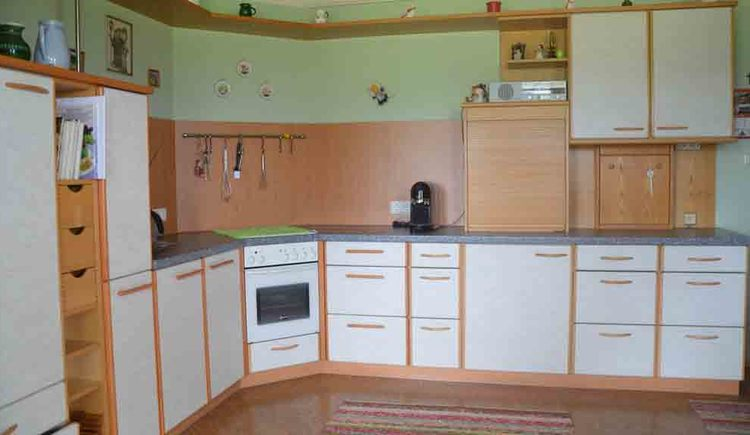 Küche mit Backhofen, Kaffeemaschine