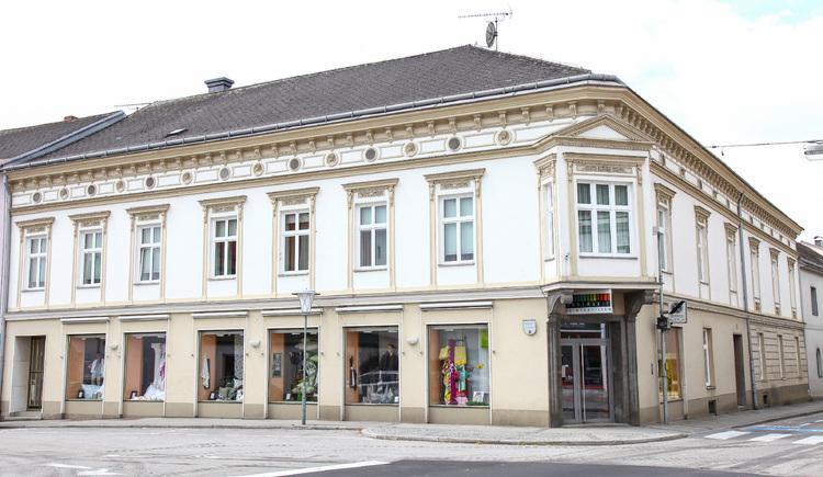 historisches Perger Bürgerhaus; seit dem 19 Jhdt. als Kaufhaus geführt, nunmehr Heimtextiliengeschäft