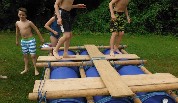 Halbtagesprogramm Floßbau (© Naturesports)
