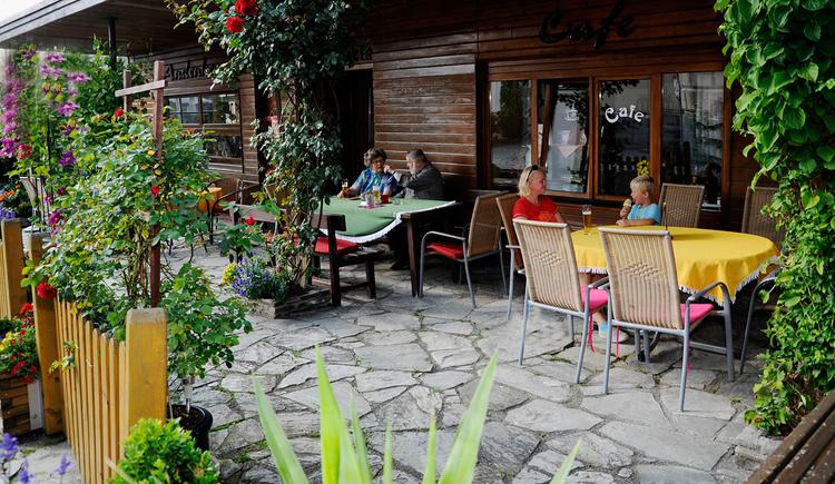 Café Theresia Freischlager in Maria Schmolln - Gastgarten mit Blumen