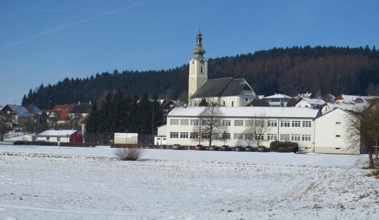 Winterlandschaft - Kirche und Schule