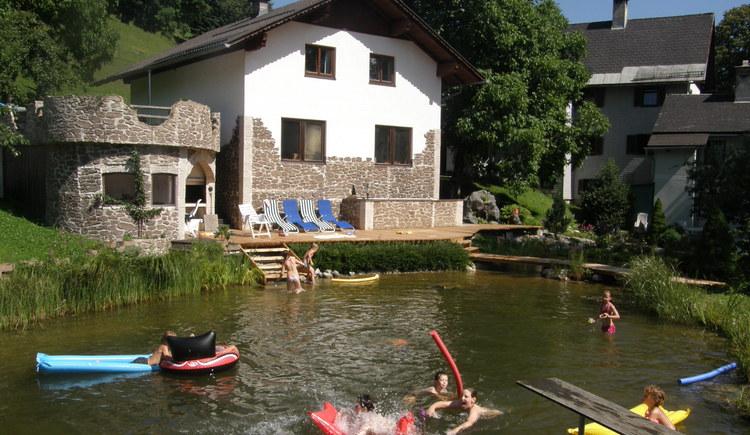 Kinder baden am Schwimmteich, Bad Goisern, Primusbergerhof