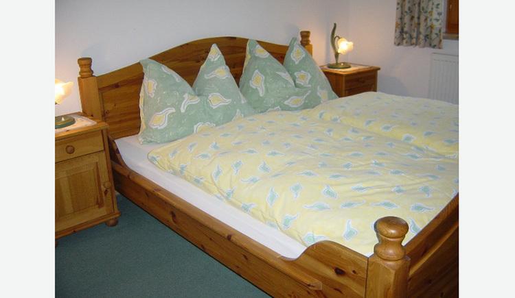 Schlafzimmer aus Vollholzmöbel, Doppelbett, Nachtkästchen mit Tischlampen