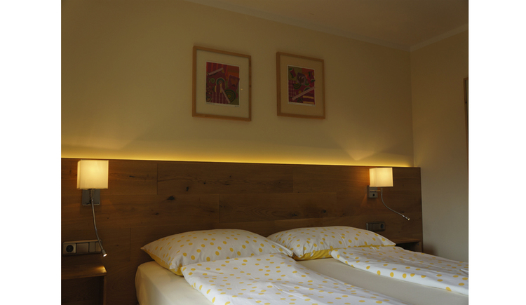 double bed, lamps