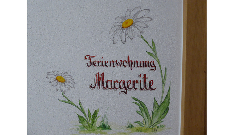 "Wallpainting with Marguerites and the writing ""Ferienwohnung Margerite\"""