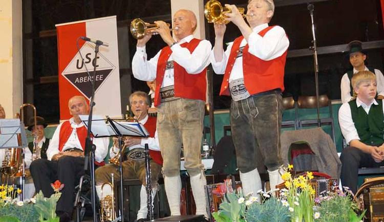 Einmal im Jahr treffen sich die Musiker in der Turnhalle der Hauptschule Strobl. (© WTG)
