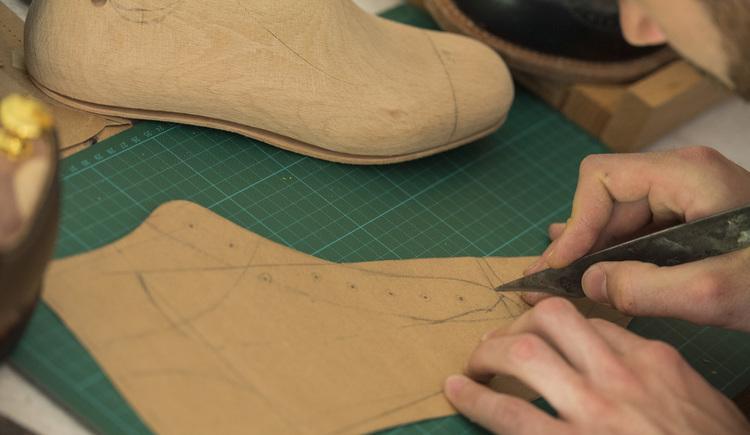 Eine gezeichnete Vorlage für einen Goiserer Schuh wird ausgeschnitten. (© Marc Schwarz - marcschwarz.at)