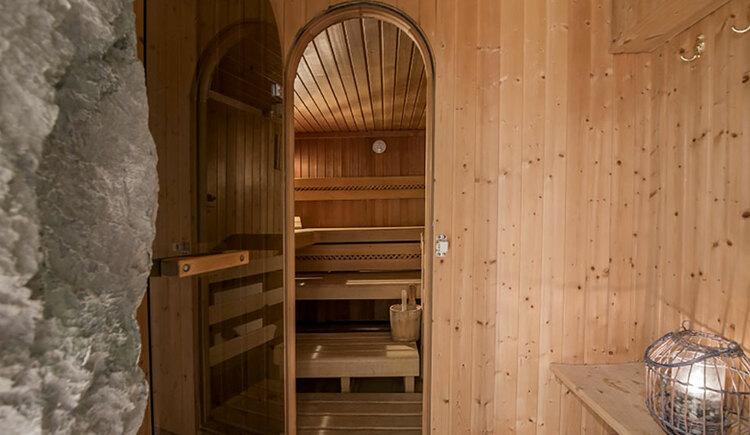 wellness area, view into the sauna. (© Karin Lohberger)