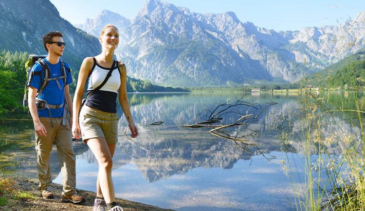 wanderpaar-am-almsee (© Tourismusverband Almtal-Salzkammergut, Genuss am Almfluss)