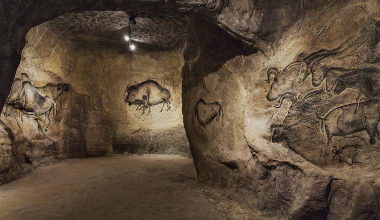 Nachbildung der Höhle Chauvet mit Höhlenmalereien
