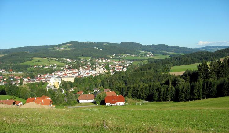 Wunderschöne Ausblicke auf Haslach erleben Sie auf dieser Tour. (© Ferienregion Böhmerwald | Schwarzmann)