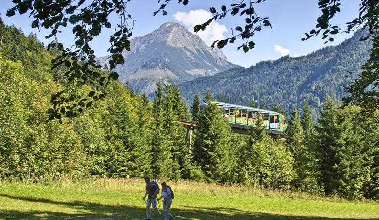 Standseilbahn bergwärts vor dem Pyhrgas mit Wanderer (© TVB Pyhrn-Priel/Sulzbacher)