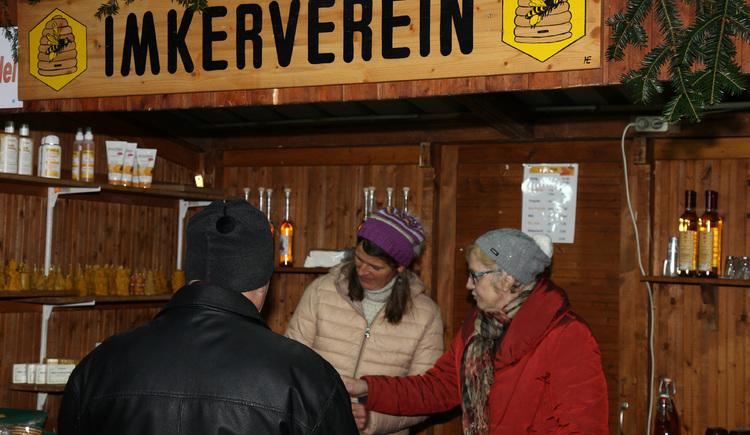 Met-Punsch und Honigprodukte bietet der regionale Imkerverein am Cchristkindlmarkt Perg an. (© www.gemeindejournal.at)
