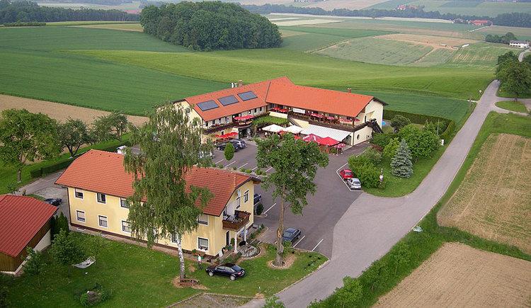 Luftaufnahme der Heurigenpension Weinbauer in Hofkirchen im Traunkreis